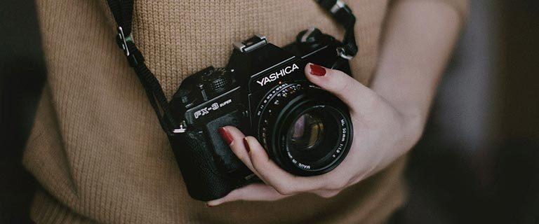 Hobby Fotografin mit Kamera